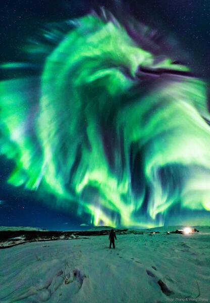 Zorza polarna w kształcie smoka (Jingyi Zhang & Wang Zheng/NASA)