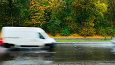 Słaby deszcz nad polskimi drogami
