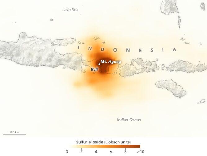 Zanieczyszczenia powietrza po wybuchu wulkanu na Bali (NASA / Joshua Stevens)