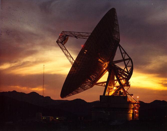 Jedna z 70-metrówej średnicy anten, które tworzą sieć Deep Space Network